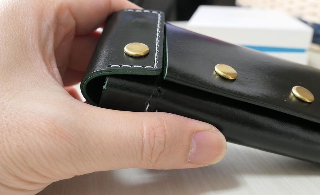 ボタン部分は革が二重